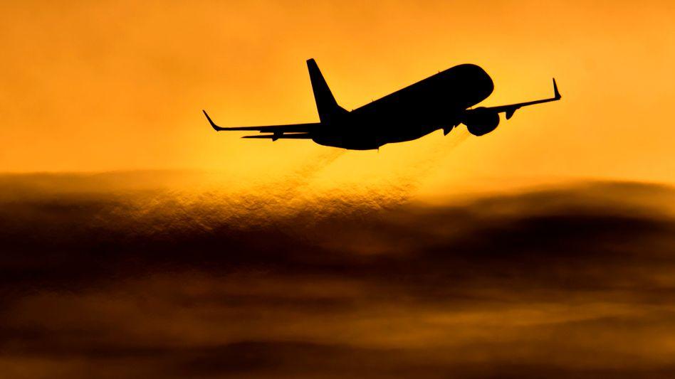 Flugzeug am Himmel: Storniert der Passagier seinen Flug, hat er nun ein Recht auf Rückzahlung der Flugkosten.