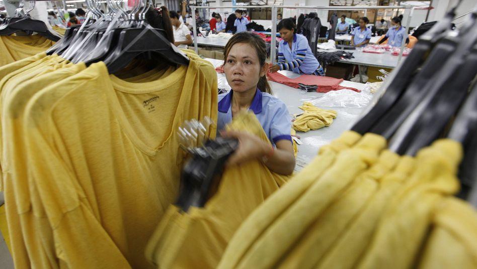 Arbeiterin in einer kambodschanischen Textilfabrik (Archivbild)