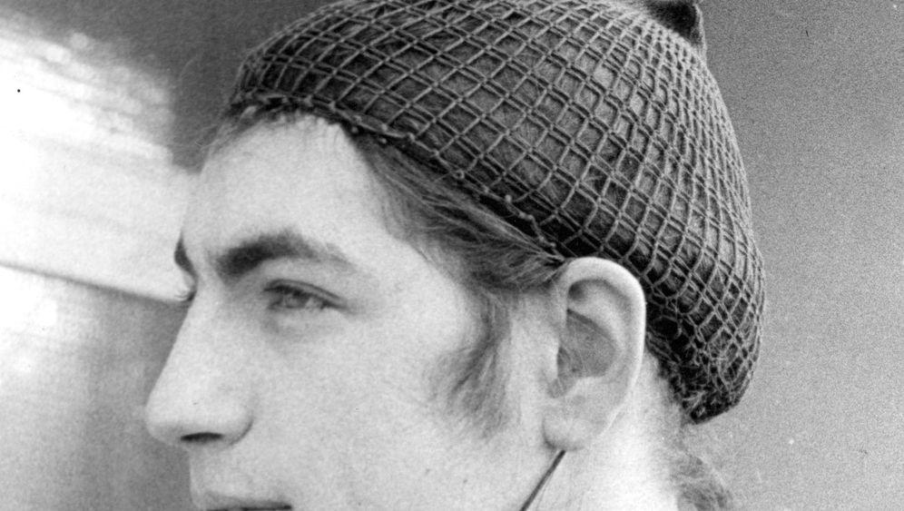 Haarerlass 1971: Mit Haarnetz unterm Helm