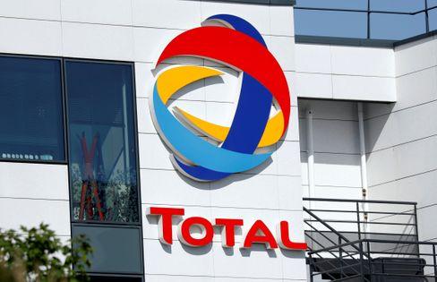 Total-Zentrale nahe Paris: Heftige Abschreibungen, aber keine Dividendenstreichungen