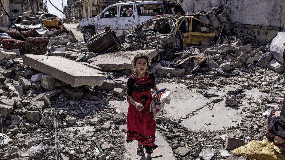 Zerstörte Straße in West-Mossul: »Als der Prophet hungerte, hat er sich Steine auf den Bauch gelegt – macht es genauso!«