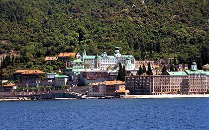 Kloster Ágiou Pantelímonou: Hier leben fast ausschließlich russisch-orthodoxe Mönche, während die meisten Klöster am Berg Athos von griechisch-orthodoxen Männern bewohnt werden