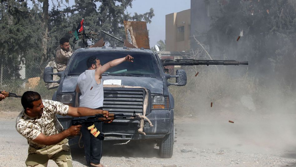 Libysche Kämpfer im Gefecht mit Truppen von General Chalifa Haftar
