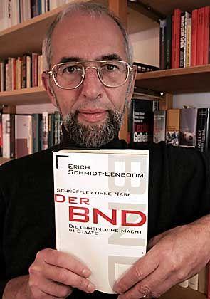 """Erich Schmidt-Eenboom mit dem Buch, dessen brisanter Inhalt zu seiner Beschattung führte: """"Es ist erschreckend"""""""