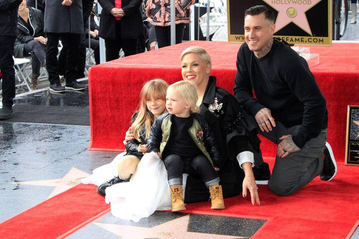 Pink mit ihrer Familie: Die Kinder Willow Sage, Jameson Moon und Ehemann Carey Hart (r.)