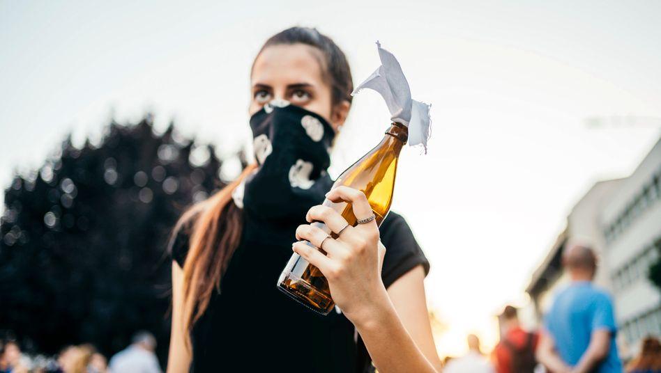 Protestierende mit Molotowcocktail