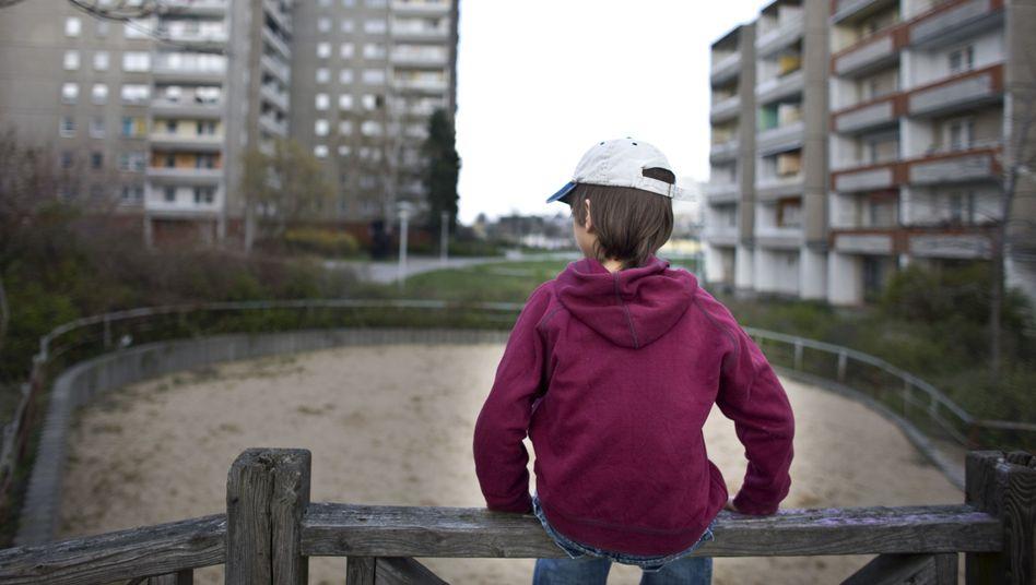 Junge in Plattenbausiedlung in Frankfurt (Oder): Kinderarmut im Osten höher