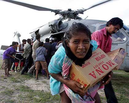 Tsunami-Opfer in Kreung Raya: Schneller Griff nach der kostbaren Fracht