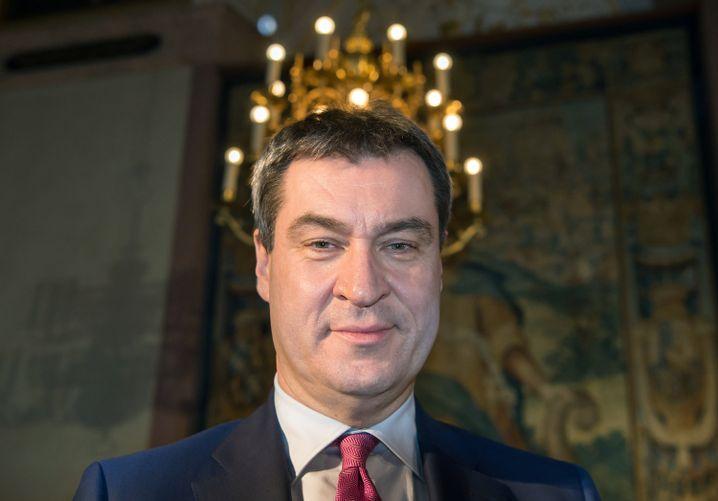 Markus Söder unter einem Kronleuchter