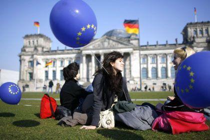Touristen vor dem Reichstag in Berlin: Der deutsche Staat ist weltweit beliebt