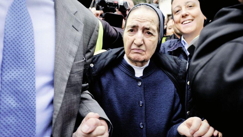 Ordensschwester Gómez Valbuena nach der Vorführung vor dem Untersuchungsrichter in Madrid im April: »Tiefe religiöse Überzeugung«