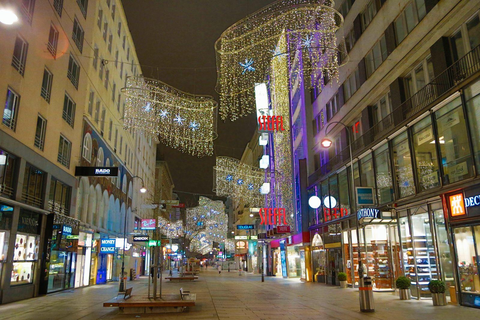 Covid 19: Wien vor dem 2 harten Lockdown Wien, 13.11.2020 Kärntner Straße Luxusshops Luxus Labels Luxusstores Weihnacht