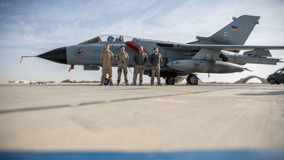 """Deutsche Soldaten in Jordanien neben einem Tornado-Jet (Archivbild): Die Bundeswehr beteiligt sich an der internationalen Mission """"Counter Daesh"""""""