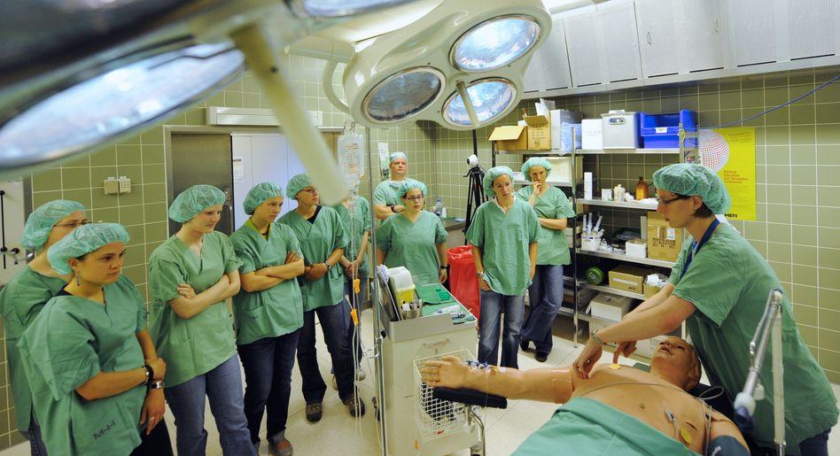 """Medizinstudenten in einem Operationssaal der Medizinischen Hochschule Hannover (Archivbild): """"Für die meisten Oberärzte war man ein Schatten"""""""