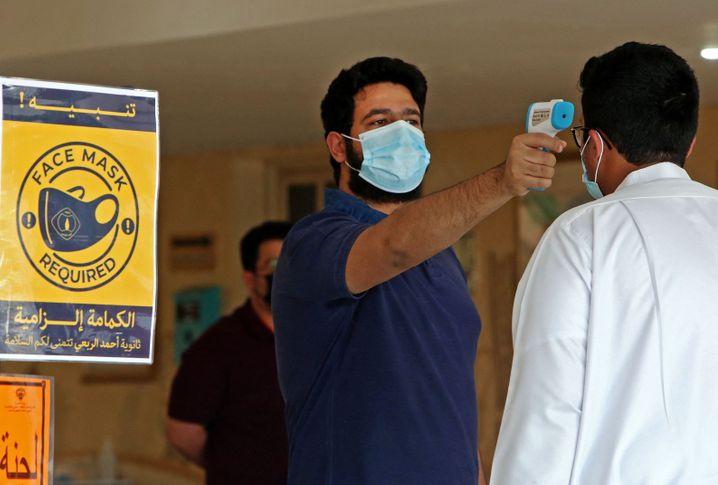 Sicherheitscheck an einer kuwaitischen Schule