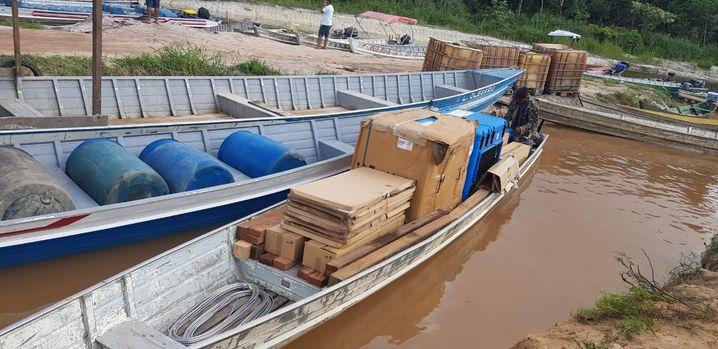 Manche Impfstofflieferungen, wie hier in Brasilien, werden auf Booten über Flüsse transportiert. Dann müssen die Kühlboxen entsprechend auch ohne Energie lange funktionieren können