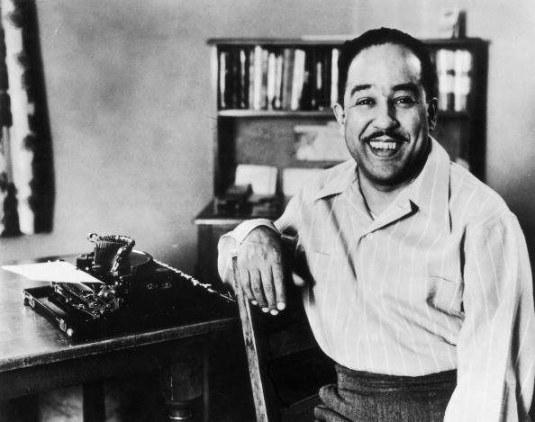 Der lachende Autor Langston Hughes (1902 - 1967) hat auch seinen Romanfiguren eine subversiven Humor vererbt