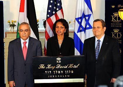 """US-Außenministerin Rice mit dem palästinensischen Außenminister Fajad (l.) und Israels Verteidigungsminister Ehud Barak: """"Bedeutende Schritte"""""""