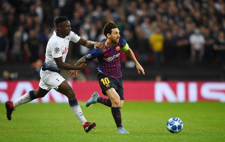 Tottenhams Victor Wanyama (l.) und Barcelonas Lionel Messi (r.)