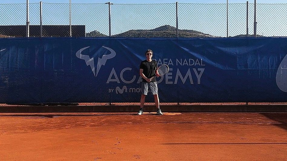 Autor Osang im Rafael-Nadal-Tenniscenter in Manacor