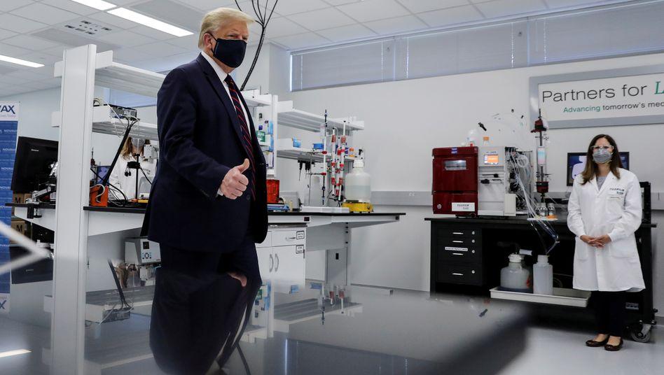 Trump beim Besuch eines Impfstoffherstellers in North Carolina