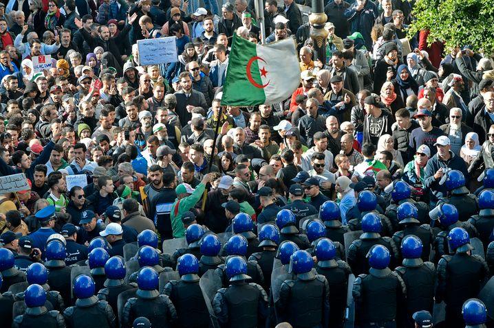 Algerien in Aufruhr: Zivile Massen gegen Polizeimassen
