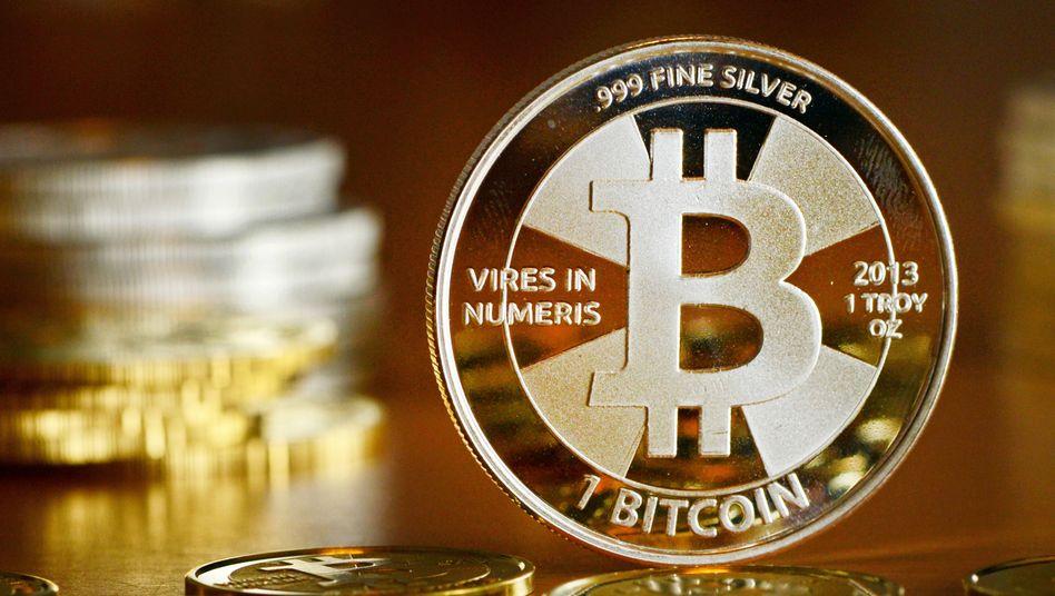 Eine Bitcoin-Münze: Riskanter Höhenflug