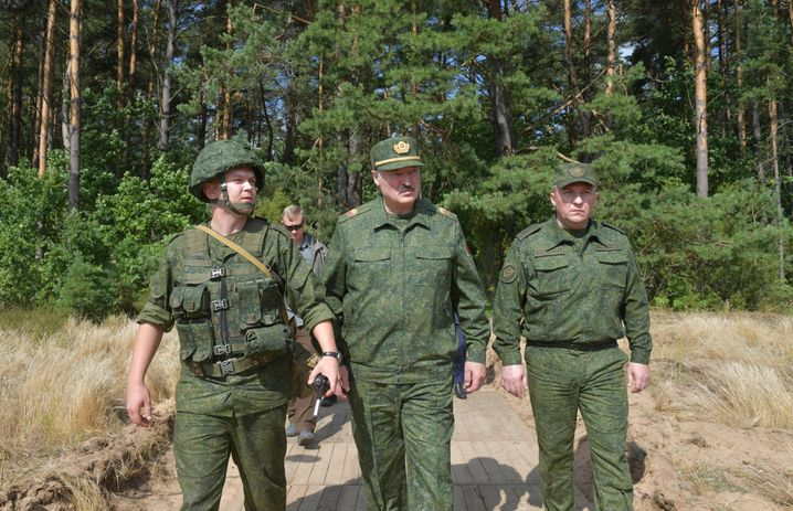 Belarusian President Alexander Lukashenko (middle) in August 2020: He claims to have won the election last August with over 80 percent of the vote.