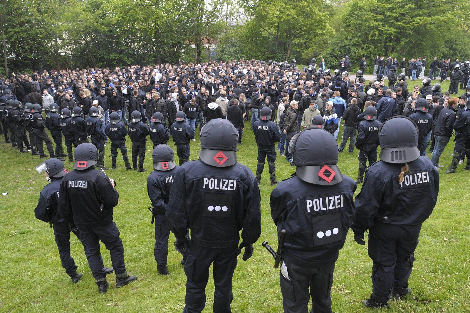 EINMALIGE VERWENDUNG Polizei-Einsatz / HSV / Bremen