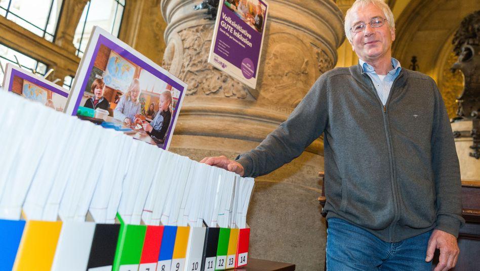 """Pit Katzer von der Volksinitiative """"Gute Inklusion"""" mit fast 25.000 Unterschriften im Rathaus Hamburg"""