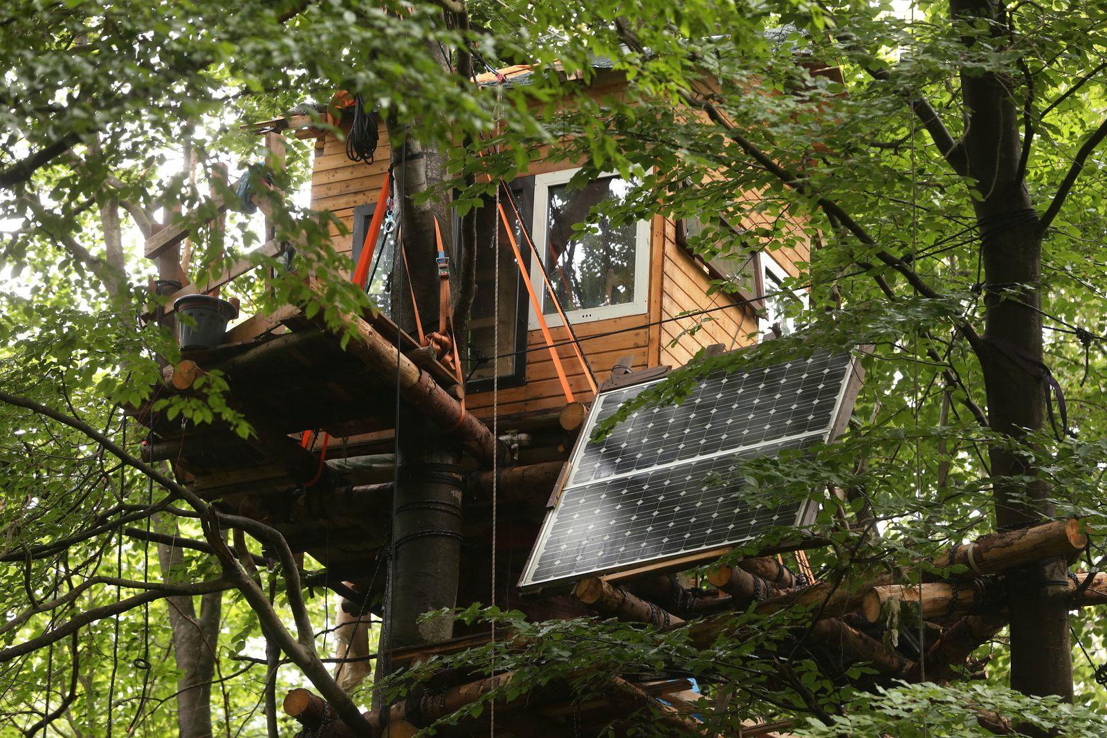 Waldbesetzer bauen weiter im Hambacher Forst