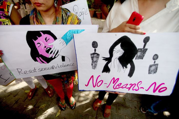 Teilnehmerinnen einer Protestaktion gegen Gewalt gegen Frauen in Neu-Delhi (Archivaufnahme)