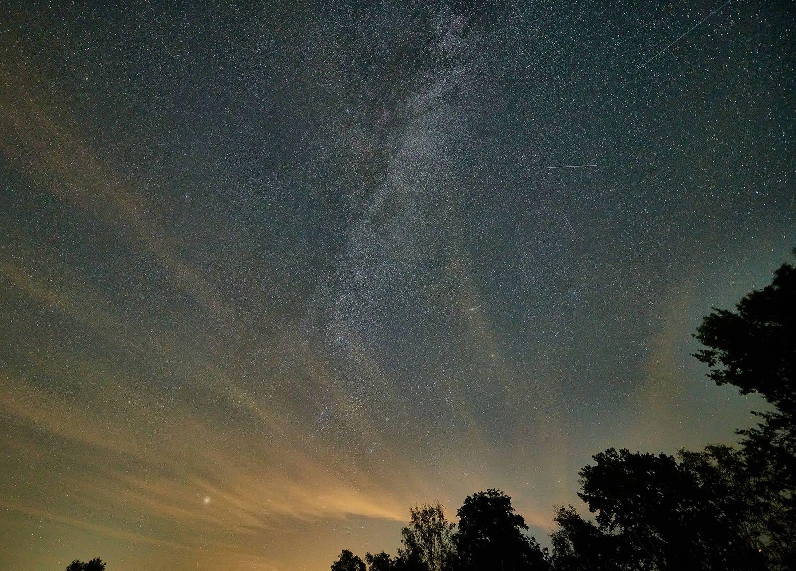 Meteoritenschauer am nächtlichen Sternenhimmel Perseiden, Sternschuppen erschienen im Monat August jährlich wiederkehre