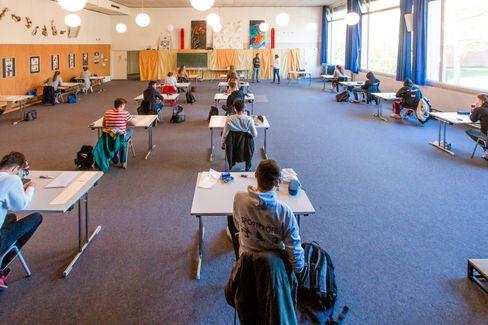 Abiturprüflinge gehen in einigen Bundesländern wieder in die Schule