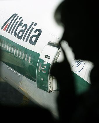 Passagier vor einem Flugzeug der Alitalia: Der italienischen Airline könnte schon am Donnerstag das Aus drohen.