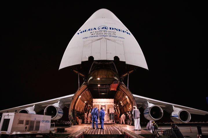 """Ein russisches Frachtflugzeug hat """"Hope"""" mitten in der Corona-Pandemie nach Japan gebracht"""