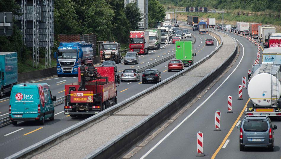 Autos und Lkw auf der A2 bei Hannover-Bothfeld (Niedersachsen)