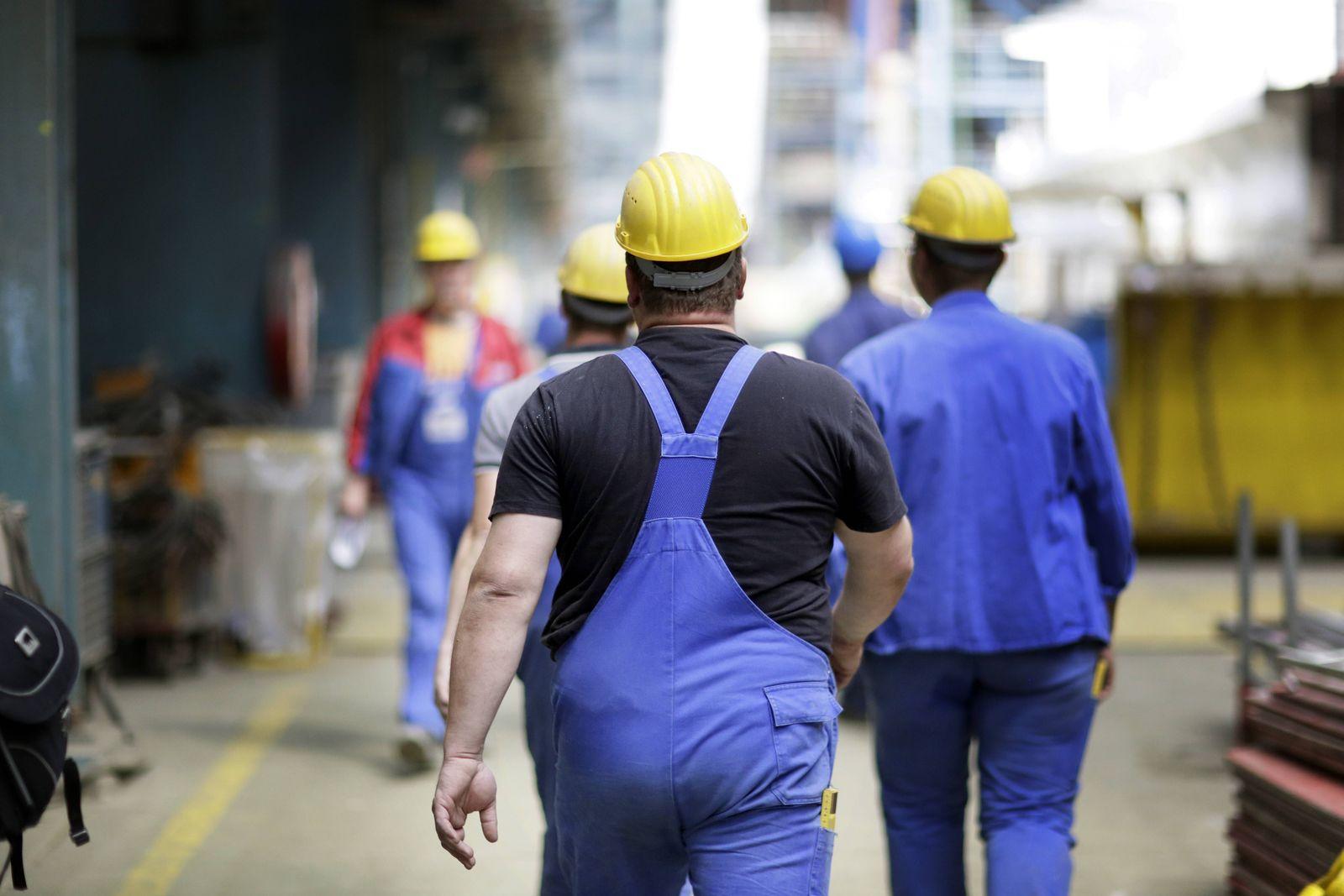 Arbeiter in der Meyer Werft in Papenburg 09 07 2015 Papenburg Deutschland PUBLICATIONxINxGERxSUIxA