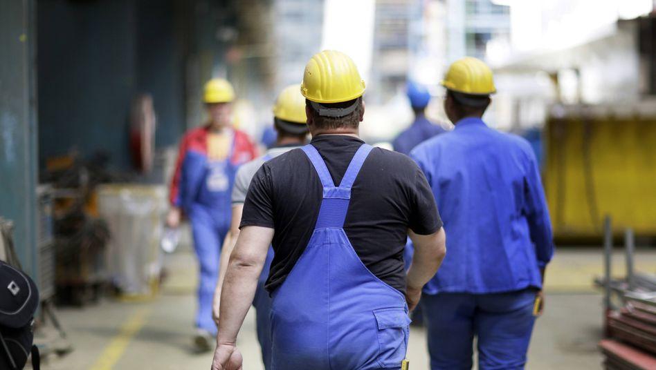 Ältere Arbeitnehmer auf einer Werft (Archivbild): Sind höhere Altersgrenzen bloß »Gewinnmaximierung für Unternehmen«?