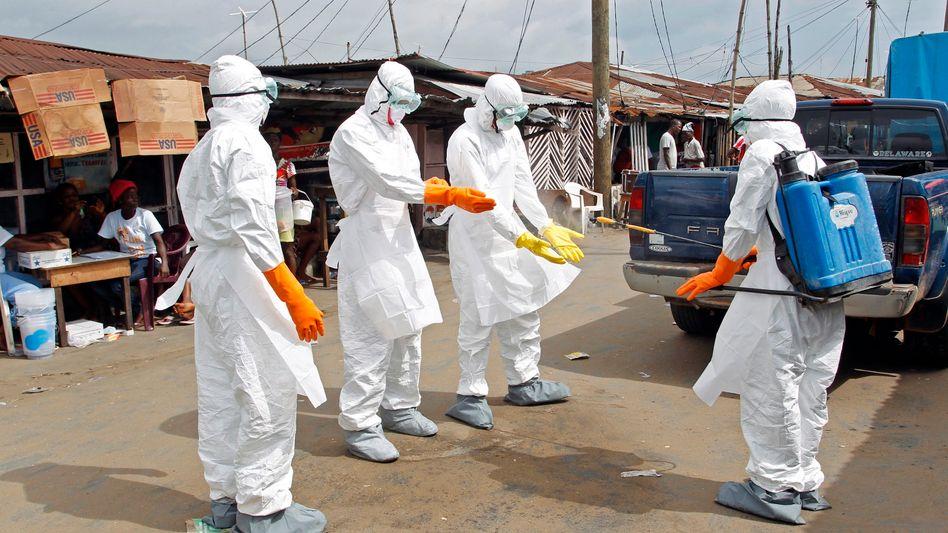 """Desinfektion von Helfern in Liberia: Warnung vor """"Super-Verbreitern"""""""