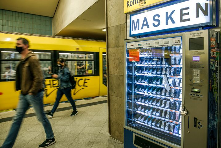Am Berliner U-Bahnhof Turmstraße gibt es Masken auch an einem Automaten zu kaufen