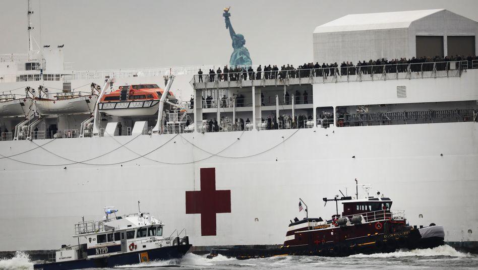 """Das Lazarettschiff USNS """"Comfort"""" im Hudson River: Es soll die Kliniken entlasten"""
