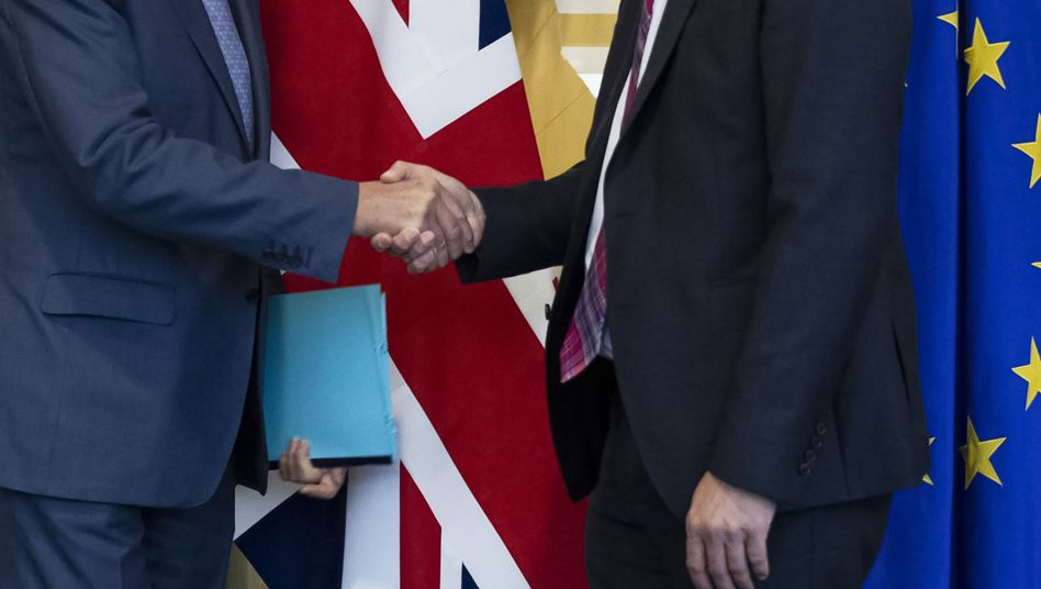 Michel Barnier (l.), Chefunterhändler der EU für den Brexit, und Stephen Barclay, Brexit-Minister von Großbritannien