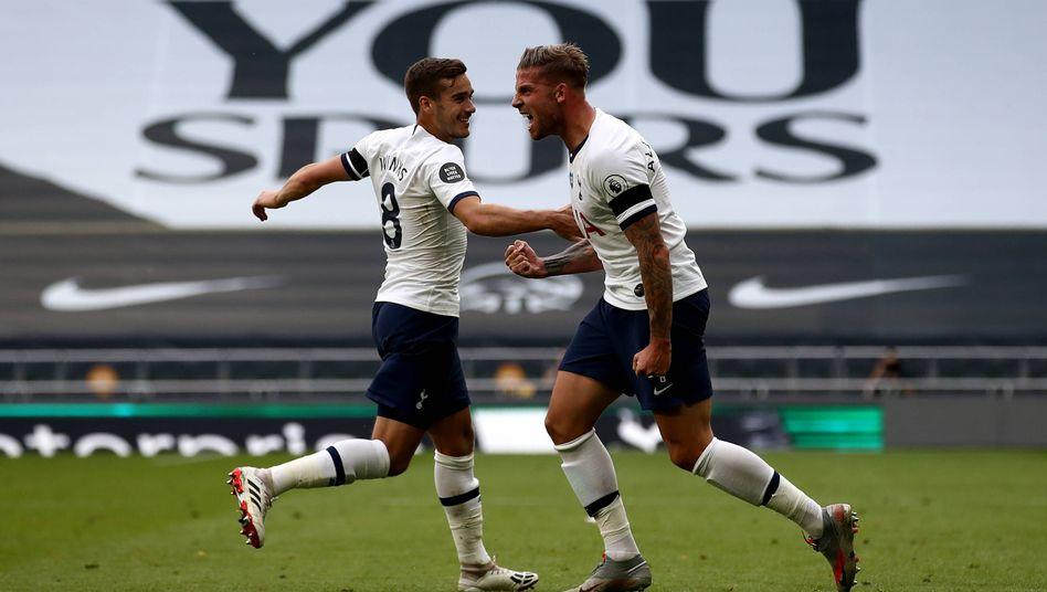 Tottenhams Siegtorschütze Toby Alerweireld (rechts) feiert seinen Treffer mit Teamkollege Harry Winks