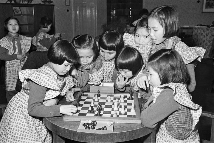 Vietnamesische Mädchen 1955 in Moritzburg beim Schachspielen