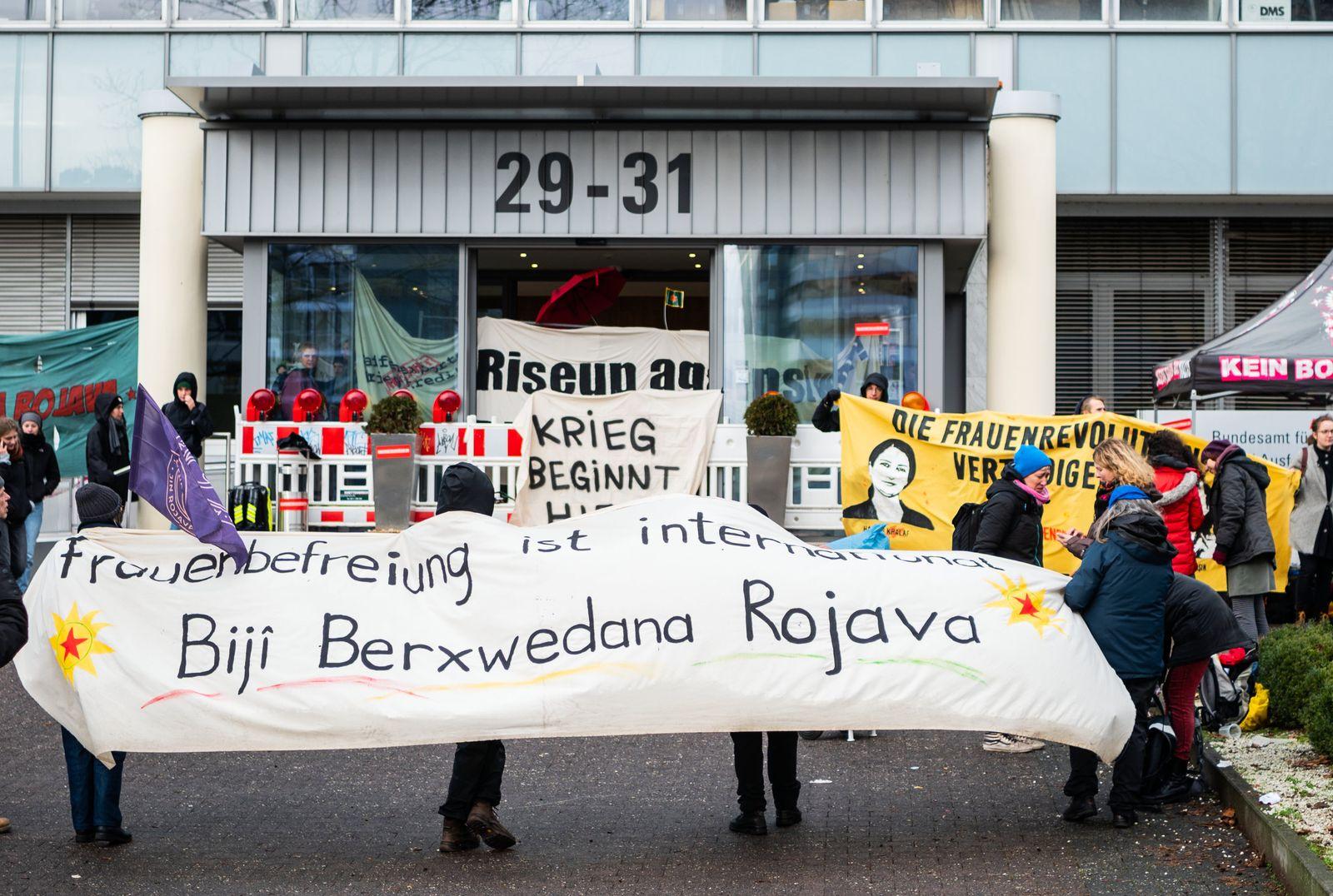 Rüstungsgegner protestieren vor Bundesamt in Eschborn