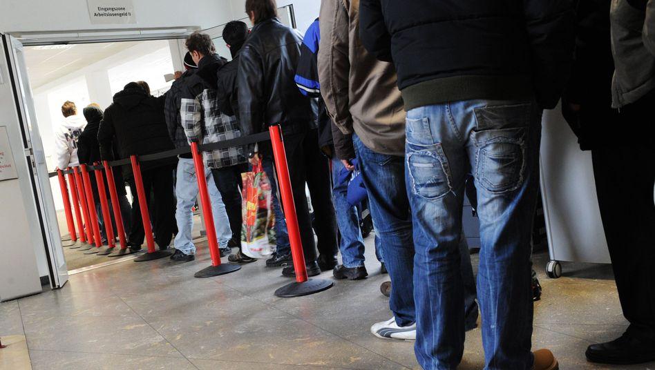 Arbeitslose: Wer für einen Job Schlange steht, akzeptiert eher einen schlechten Vertrag