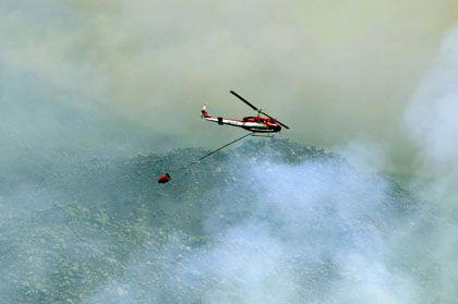 Löschhubschrauber im Einsatz: In der Umgebung von Kapstadt wüten Brände, bei denen mehrere Menschen ums Leben kamen