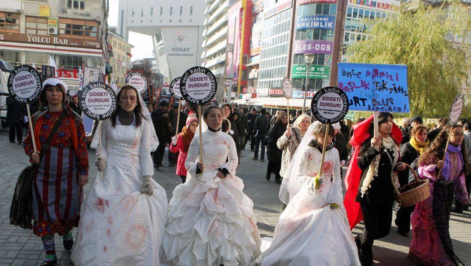 """""""Stoppt die Gewalt"""": Proteste in Ankara gegen die Zwangsverheiratung von Mädchen"""