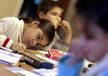 Schüler bei den Hausaufgaben: Laut einer Studie der TU Dresden verbessern sie die Leistungen der Schüler nicht